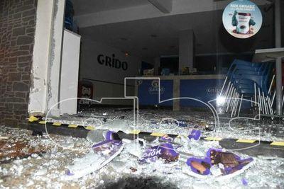 Vehículo chocó contra blindex de heladería en Luque
