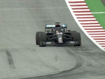 Hamilton saluda en el retorno de la F1