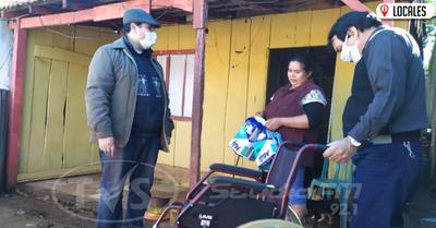 Entregan silla de ruedas y pañal a adulta mayor residente en el B° Pacú Cuá