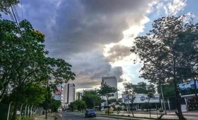 Ambiente cálido con lluvias dispersas