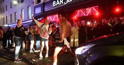 Noche de furia en Inglaterra en la reapertura de pubs