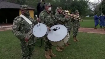 """Banda militar tocó """"Felicidades"""" a abuela que cumplió 78 en albergue"""