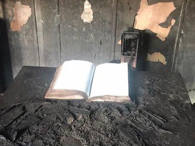 Incendio en una iglesia deja un muerto, pero se salva una biblia