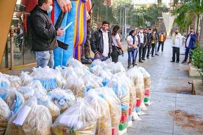 Taxistas reciben kits de alimentos donados por shopping Paris
