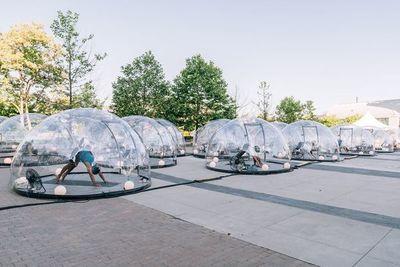 Yoga en burbujas de plástico