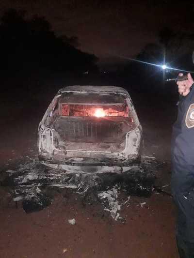 Vehículo ardió en llamas y chófer desapareció