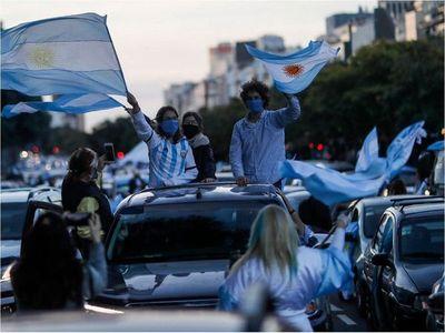 Protestas masivas contra Fernández en día festivo
