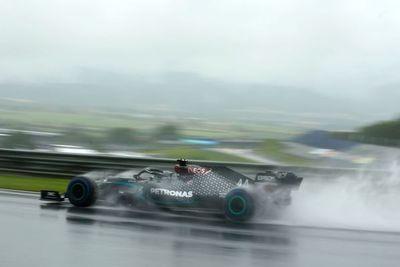 Hamilton firma una demostración bajo la lluvia