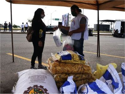 Jóvenes juntan víveres para comedores en honor al Papa