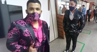 """HOY / Abogado """"animal print"""": fue ordenanza de Sandra Quiñónez y su esposa le manda hacer sus trajes"""