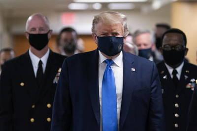 Trump usó tapaboca por primera vez en un acto público