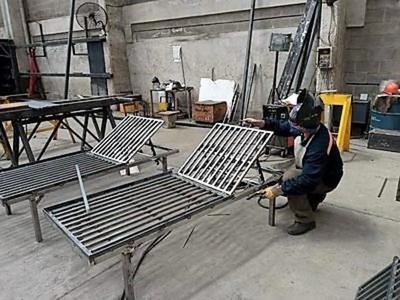 Polémicas camas chinas pudieron fabricarse acá, generando recursos y evitando miles de despidos