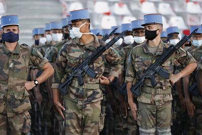 """Francia celebra el 14 de julio en """"versión covid"""" con homenaje a militares y personal sanitario"""