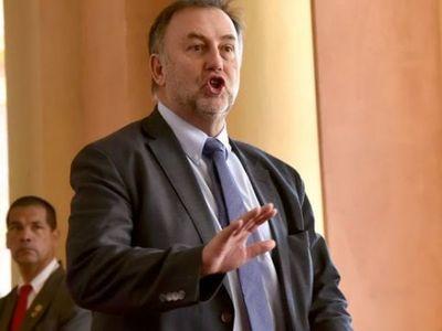 Benigno sigue desesperado por tener otros US$ 350 palos verdes y lo solicitó al Senado