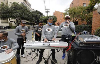 """La orquesta en la calle, la """"nueva normalidad""""de músicos en Colombia"""