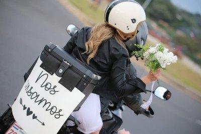 """Amor sobre dos ruedas: La historia detrás del cartelito """"Nos casamos"""""""