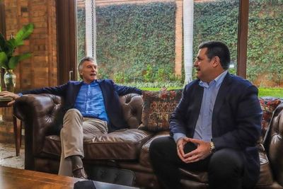 """Piden explicaciones sobre """"visita de cortesía"""" de Mauricio Macri a Paraguay"""