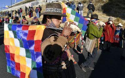 Miles de bolivianos desafían cuarentena y marchan contra gobierno de Áñez