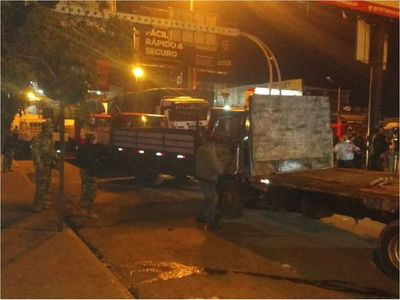Manifestantes acceden a abrir el paso a camiones sobre la ruta PY02