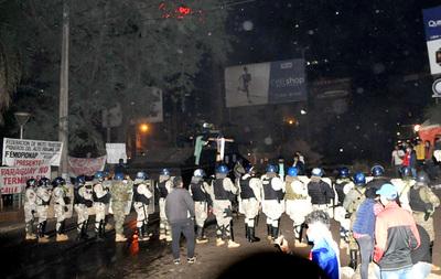 Fuerte dotación policial despejó la zona primaria de la Aduana