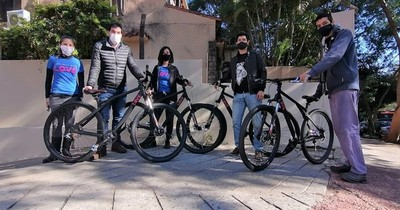 Médicos irán en bicicleta a zonas de difícil acceso para tomar muestras de COVID-19