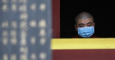 Las restricciones regresan para millones de personas y la pandemia empeora en América