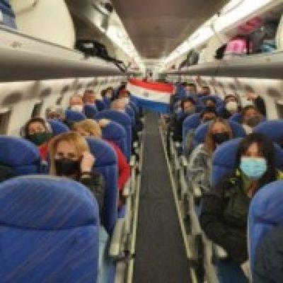 Arribó avión con 332 connacionales