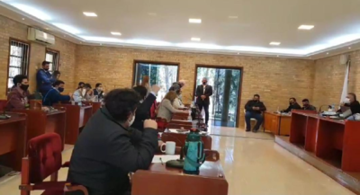 Junta aprobó llamados a licitación en medio de estériles y furiosas discusiones