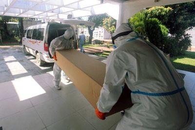 Ataúdes de cartón para enterrar a los más pobres en Bolivia