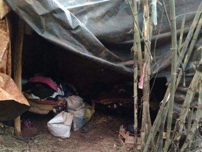 Mujer embarazada y con tres hijos vive en el monte bajo una carpa