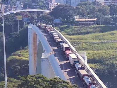 CAMIONEROS se quejan del tránsito LENTO de CARGAS por el Puente