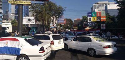 Taxistas cierran ruta para apoyar pedido de asistencia a afectados por la pandemia