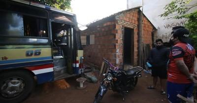 Chofer perdió control de micro e ingresó a una vivienda en Capiatá