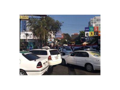 Taxistas exigen créditos o subsidios con cierre del Puente de la Amistad