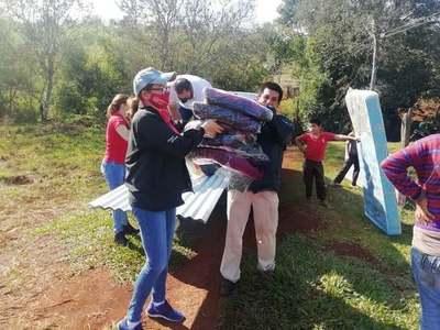 LLEVAN ASISTENCIA A FAMILIA QUE VIVE BAJO UNA CARPA EN EL MONTE