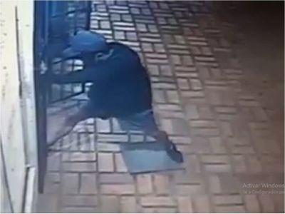 Un hombre intenta asaltar a una mujer que salía de una peluquería
