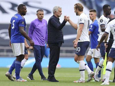 Mourinho le hace un favor al Chelsea y al United