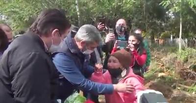 """""""Eheja che cargo"""": Marito promete casa en tres meses a mujer de 82 años"""