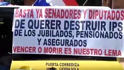 """Con sonoros escraches, cruzada antiprivatista del IPS hace retroceder a """"vendepatrias"""""""