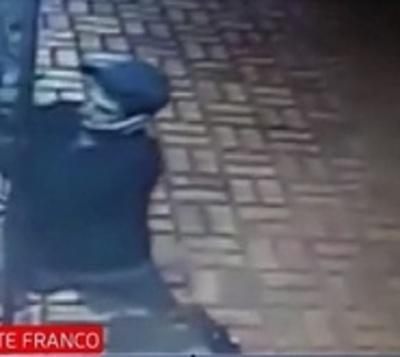 Delincuente ataca con cuchillo a mujer y su hijo