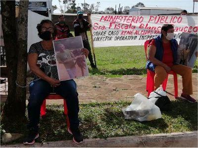 Viuda de fallecido en accidente se encadena para pedir justicia en Itapúa