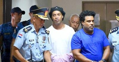 Fiscalía tiene hasta noviembre para pedir juicio oral o salida alternativa para Ronaldinho