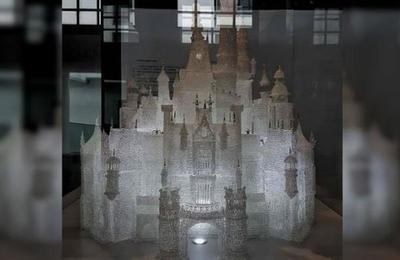 Niños jugaban en un museo y destrozaron el castillo de vidrio soplado más grande del mundo