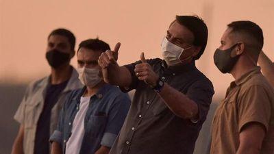 Bolsonaro se muestra recuperado del virus y vuelve a acercarse a seguidores