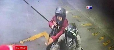 Motochorros asaltan con rifle una gasolinera