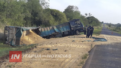 CAMIÓN CARGADO DE MAÍZ VOLCÓ SOBRE GRANEROS DEL SUR EN LA PAZ