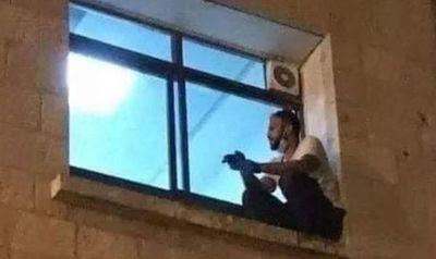 Hombre sube a una ventana de un hospital para despedirse de su madre, enferma de covid