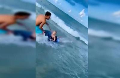 Policía fuera de servicio rescata a un niño del ataque de un tiburón