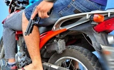 Forcejeó con un asaltante y recibió un disparo en la espalda