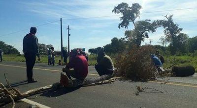 Indígenas bloquean Ruta 10 y exigen respuestas por parte del INDI